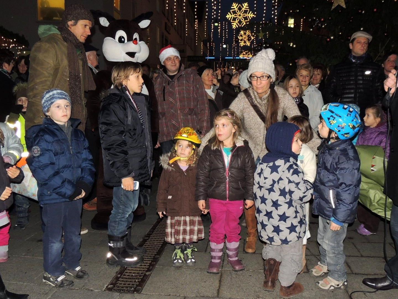 Groß und Klein freute sich über die Illuminierung des Christbaumes