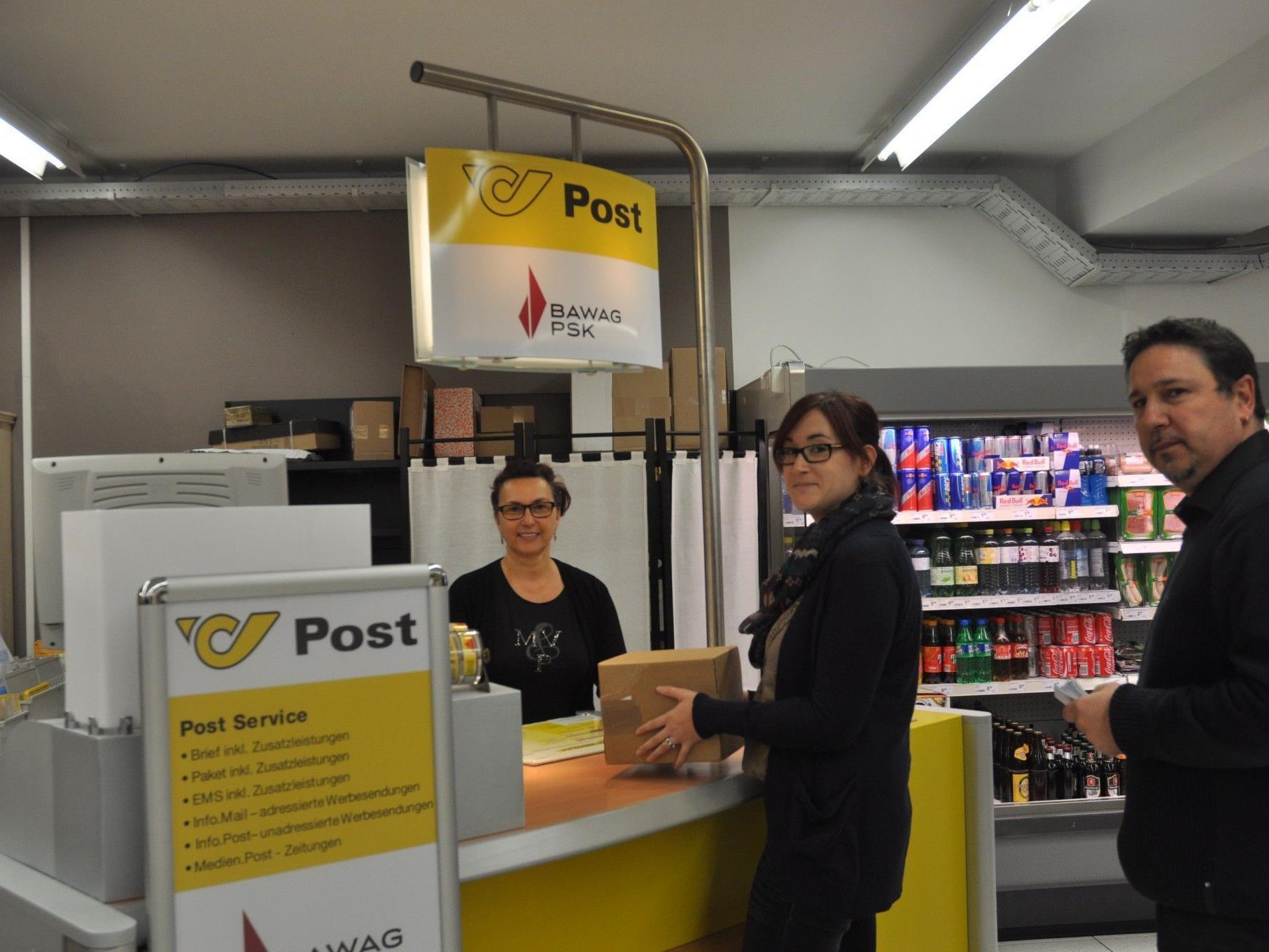 Margit Kratzer vom neuen Postpartner in Röthis freut sich über vielen Kundenkontakt.