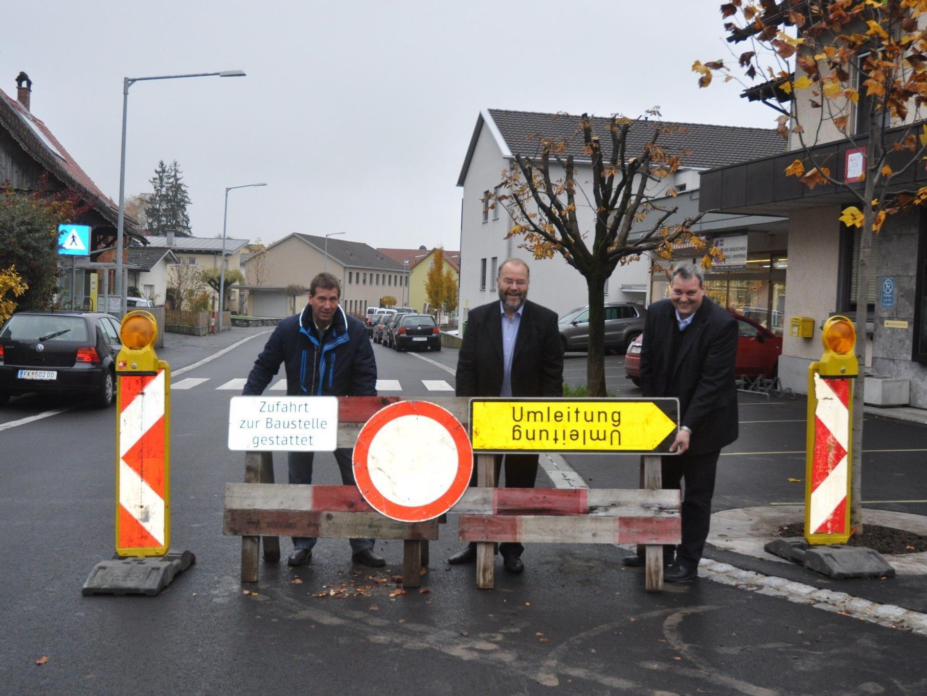 Ab kommendem Wochenende ist die Walgaustrasse wieder befahrbar. Bauamtsleiter Robert Freek, Bürgermeister Werner Müller und Vize-Bürgermeister Labg. Gert Wiesenegger geben die Strasse für den Verkehr frei.