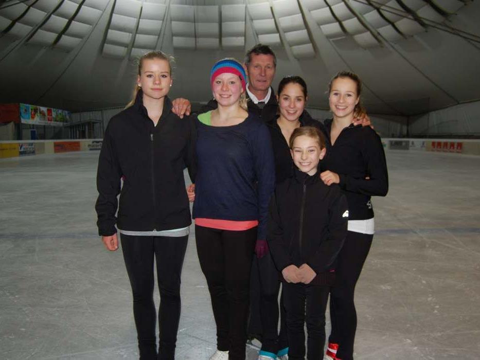 Die Leistungsläuferinnen des Eislaufvereins Montafon mit ihrem Trainer.