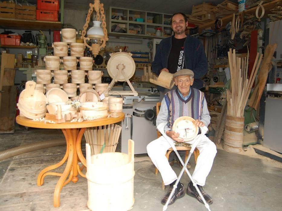 Otto Ganahl und Jürgen Tschofen in der Werkstatt der Weissküferei