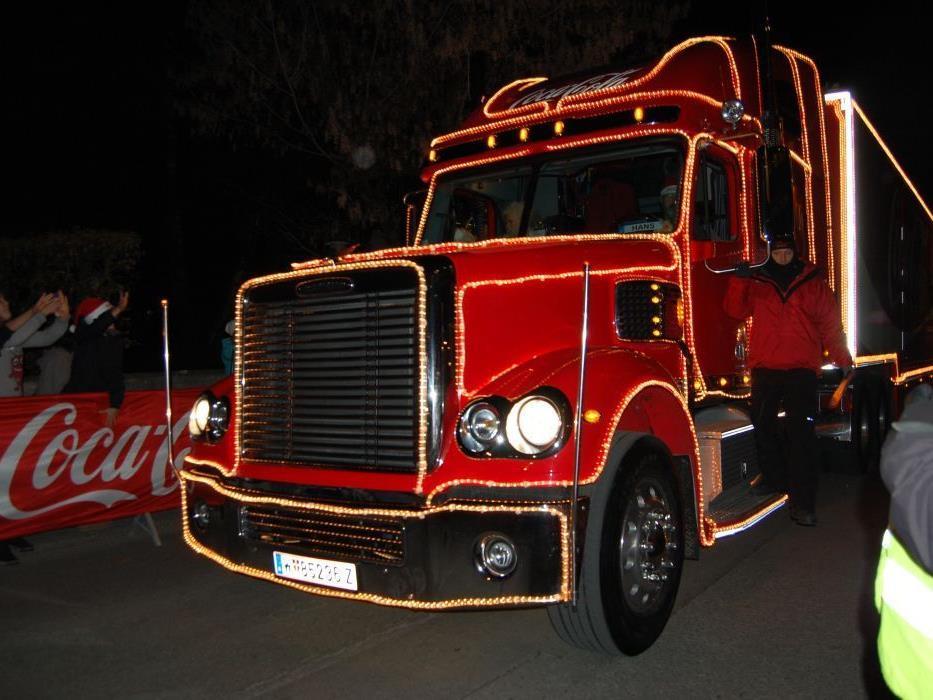 Rot und mit vielen Lichtern ausgestattet: der Coca -Cola Weihnachtstruck.