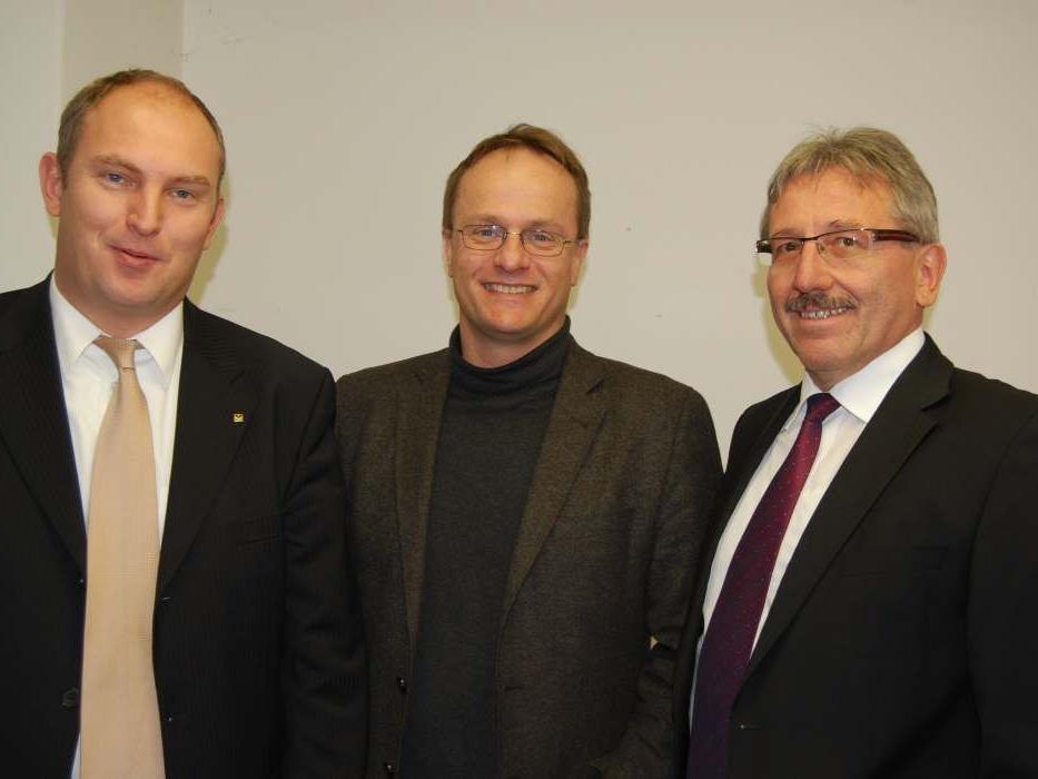 Stefan Wachter (li.) und Günter Fäßler (re.) von der Raiba Montafon begrüßten Markus Hengstschläger (Mitte).
