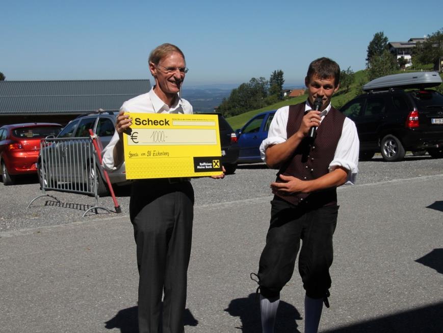 Pfarrer Gerhard Mähr konnte beim Frühschoppen vom Obmann des Sportvereines Eichenberg Reinhard Heinzle eine Spende in Höhe von 1.000 Euro entgegennehmen.