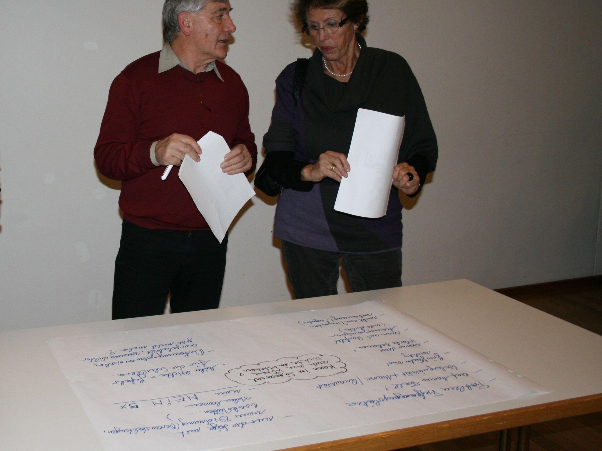 Edmund Banzer und Gertrud Gmeiner diskutieren an einem Thementisch.