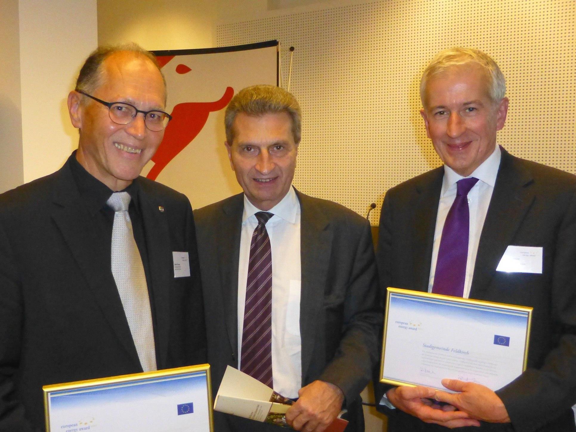 Stolz auf den European Energy Award in Gold: Dornbirns Vizebürgermeister Martin Ruepp (li) und Feldkirchs Bürgermeister Wilfried Berchtold (re) mit EU-Kommissar Günther Oettinger.