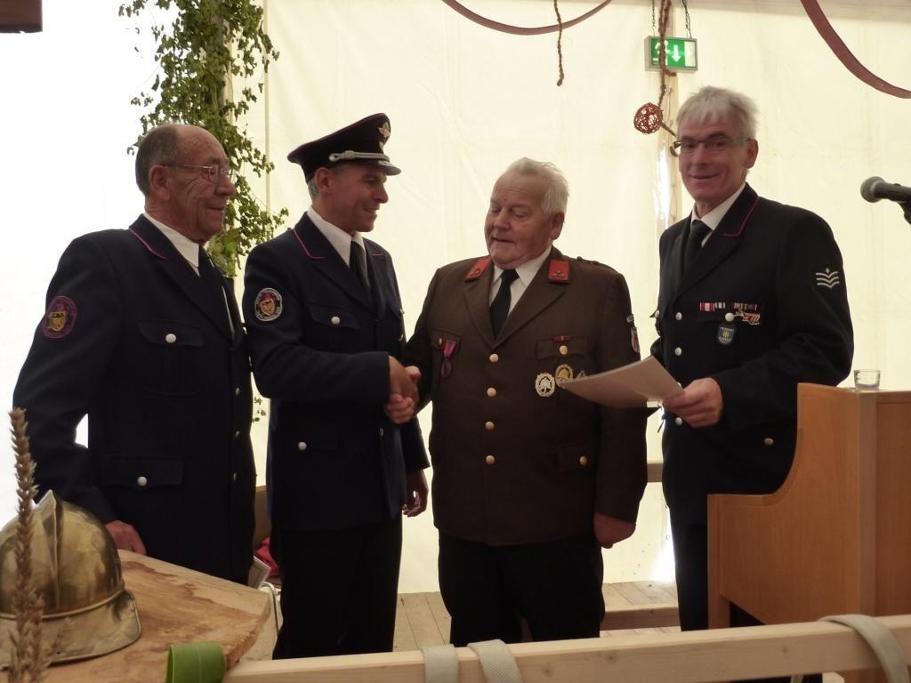 Überreichung der Medaille an Ehrenkommandant Adolf Felder (3.v.l.).