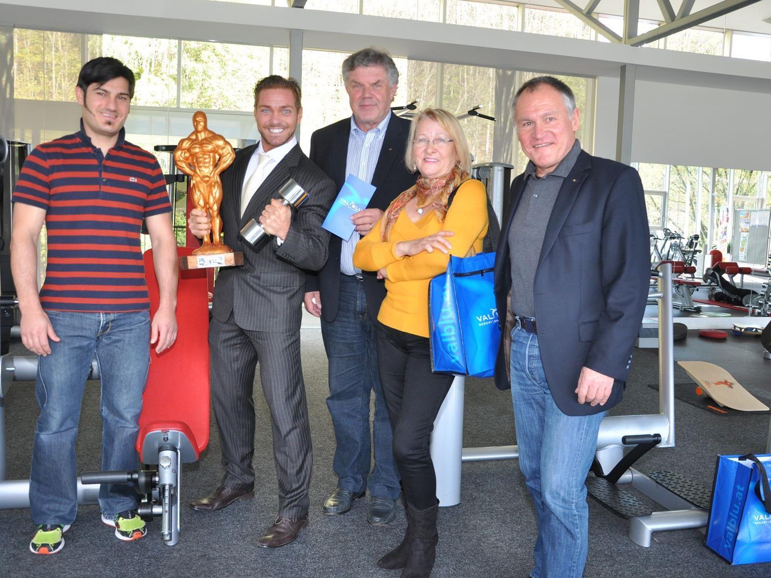Michael Allgäuer, Bernd Österle, Bürgermeister Mandi Katzenmayer, Mathilde Österle (Mutter), Dir. Klaus Allgäuer) Das VAL BLU ist das Trainingscamp von Fitness Weltmeister Bernd Österle.