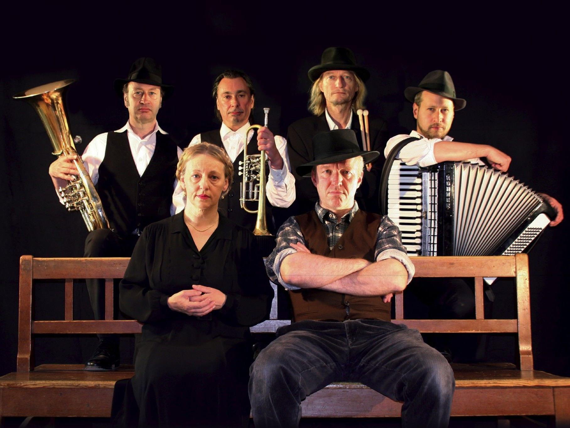 Johanna Bittenbinder und Heinz-Josef Braun setzen gemeinsam mit dem 'Art Ensemble of Passau' den Krimibestseller 'Tannöd' als Live-Hörspielkrimi in Szene