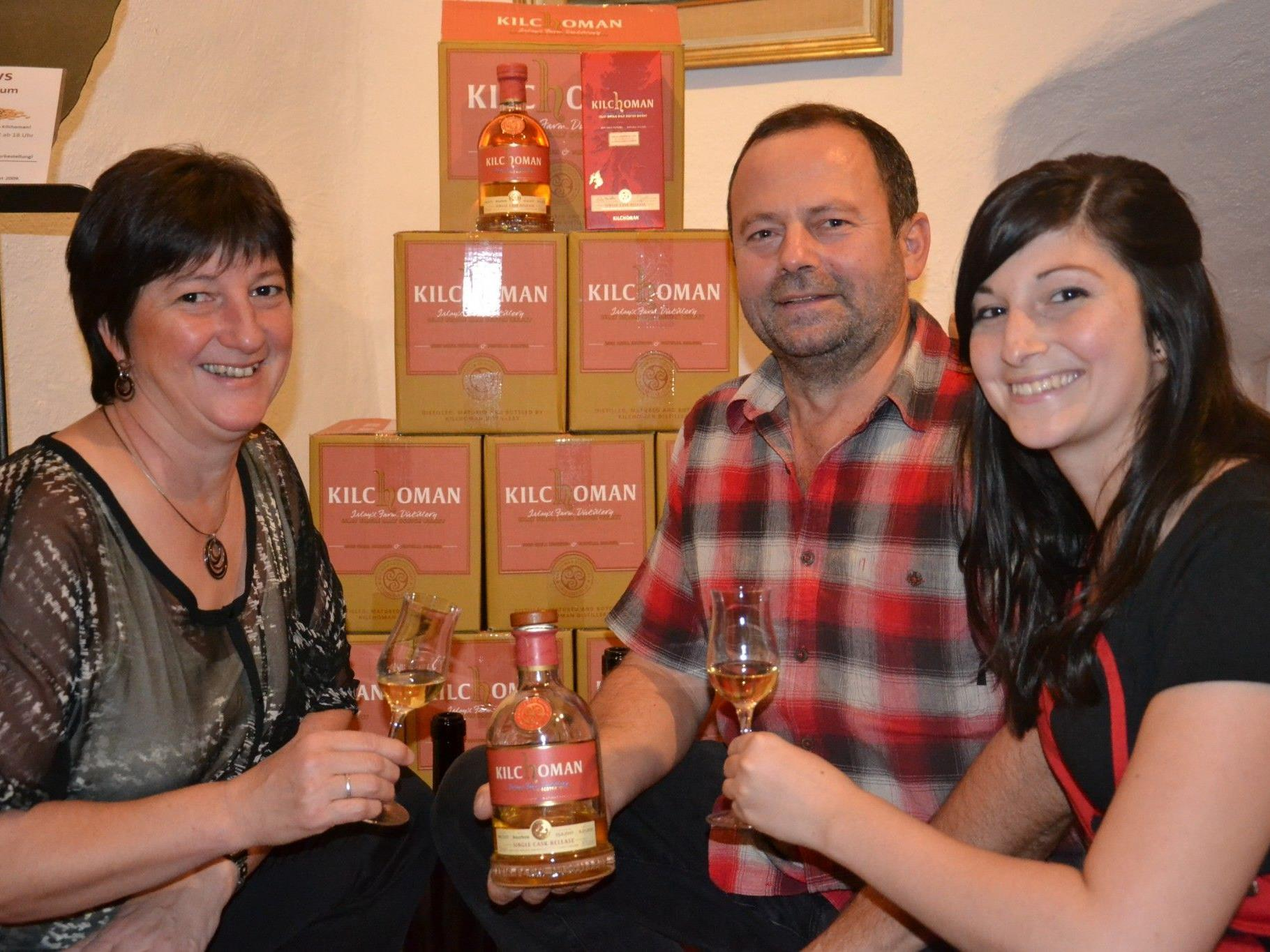 Präsentierten zum 2. Geburtstag ihren eigenen Whisky: (v.l.) Irene, Gerhard & Alexandra Kreutz