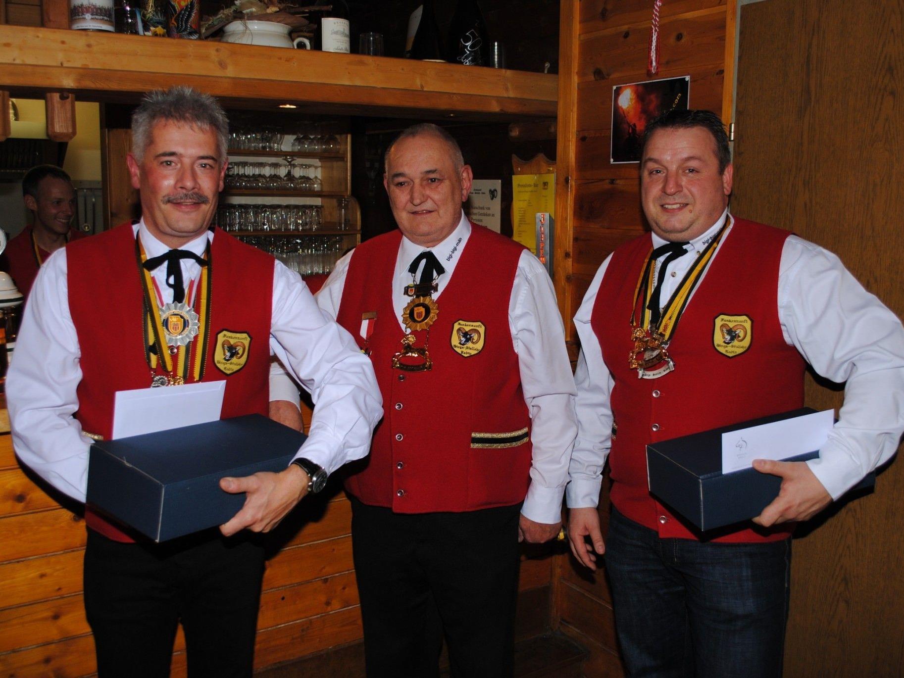 Johannes Fritz (li.) und Andreas Hatz (re.) erhielten aus den Händen von EM Hugo Küng den Goldenen Schafbock