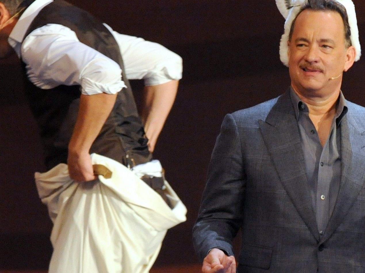 Tom Hanks wirkt leicht irritiert.