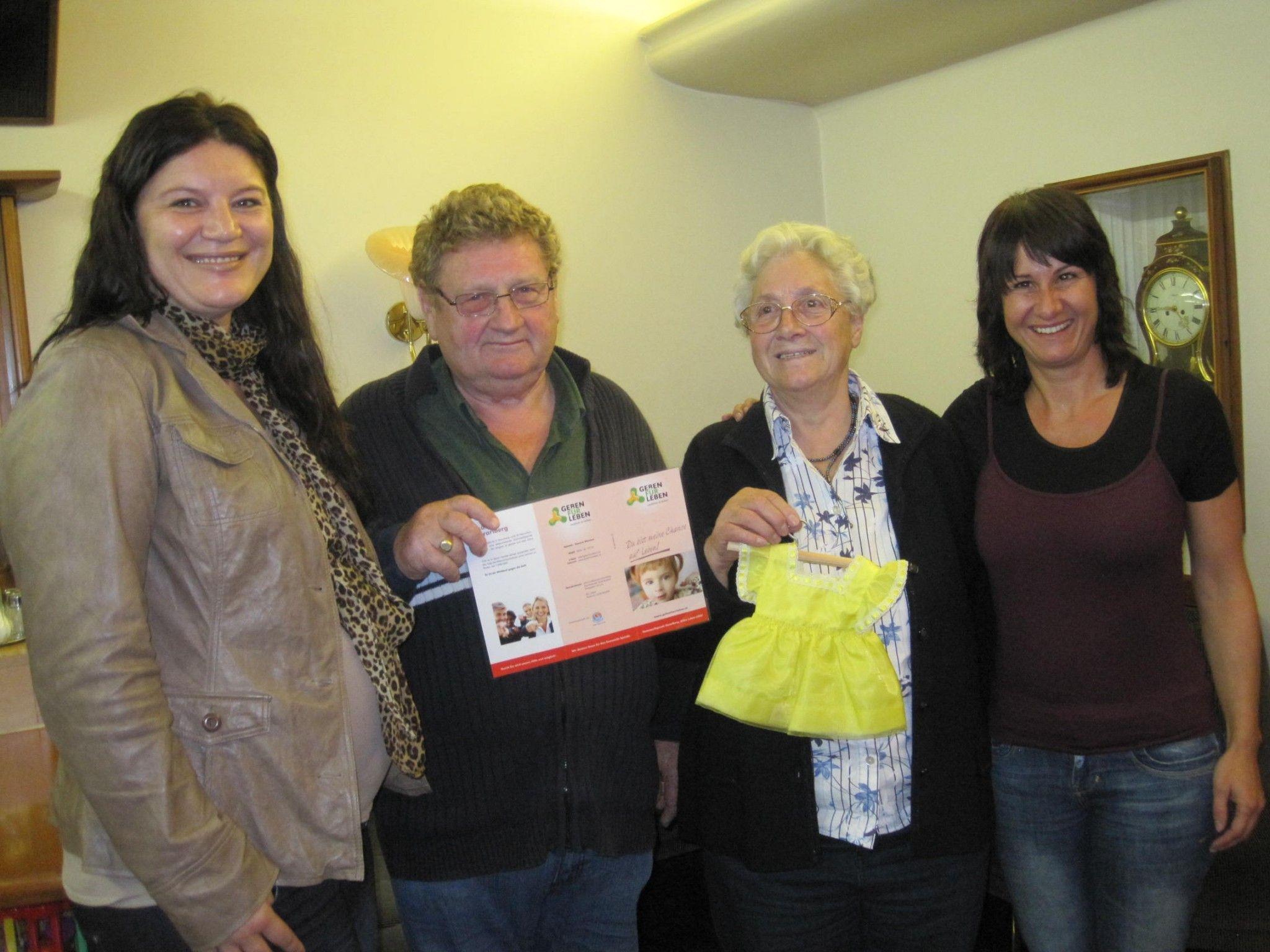 Foto vlnr: Katarina Pumper (Geben für Leben), Walter und Sophie Lampert, Susanne Marosch (Geben für Leben) bei der Geldübergabe