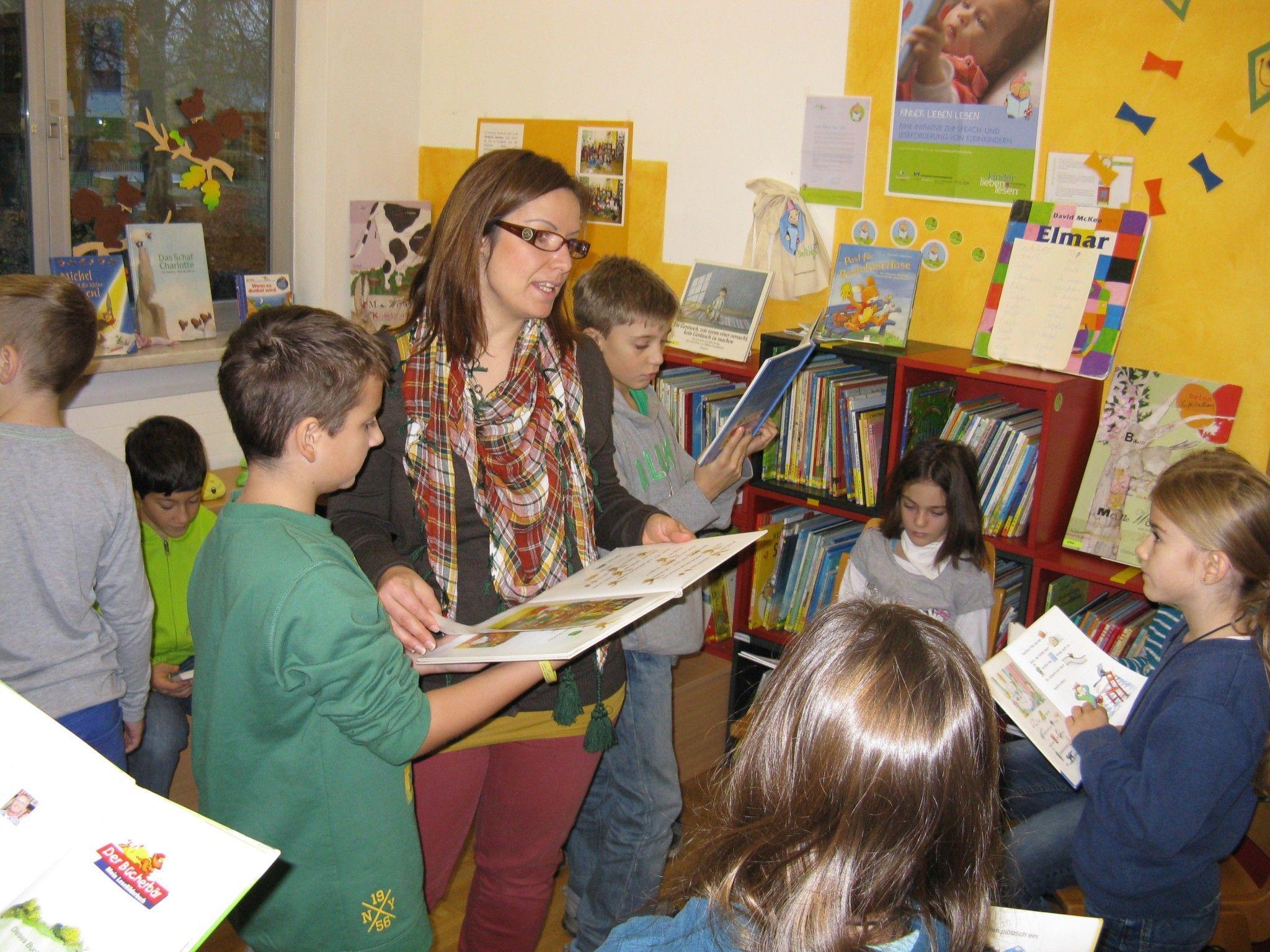 Mit viel Eifer sichteten die Schüler  mit ihren Lehrerinnen Cathrin Fröwis und Michaela Häusle den Bestand der Bibliothek.
