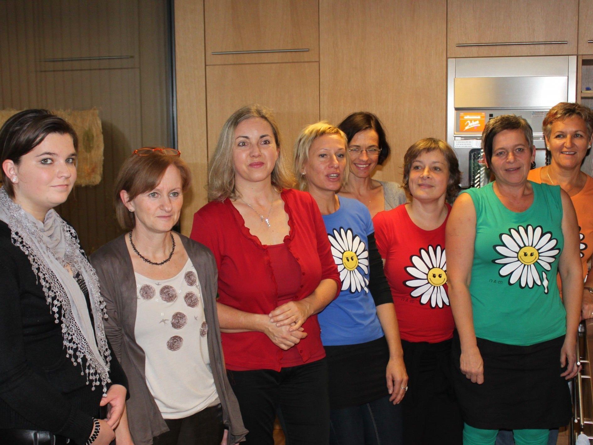 """Auch die Pflegerinnen und Mitarbeiterinnen von """"Nachbarschaft am Garnmarkt"""" feierten den ersten Geburtstag der Institution"""