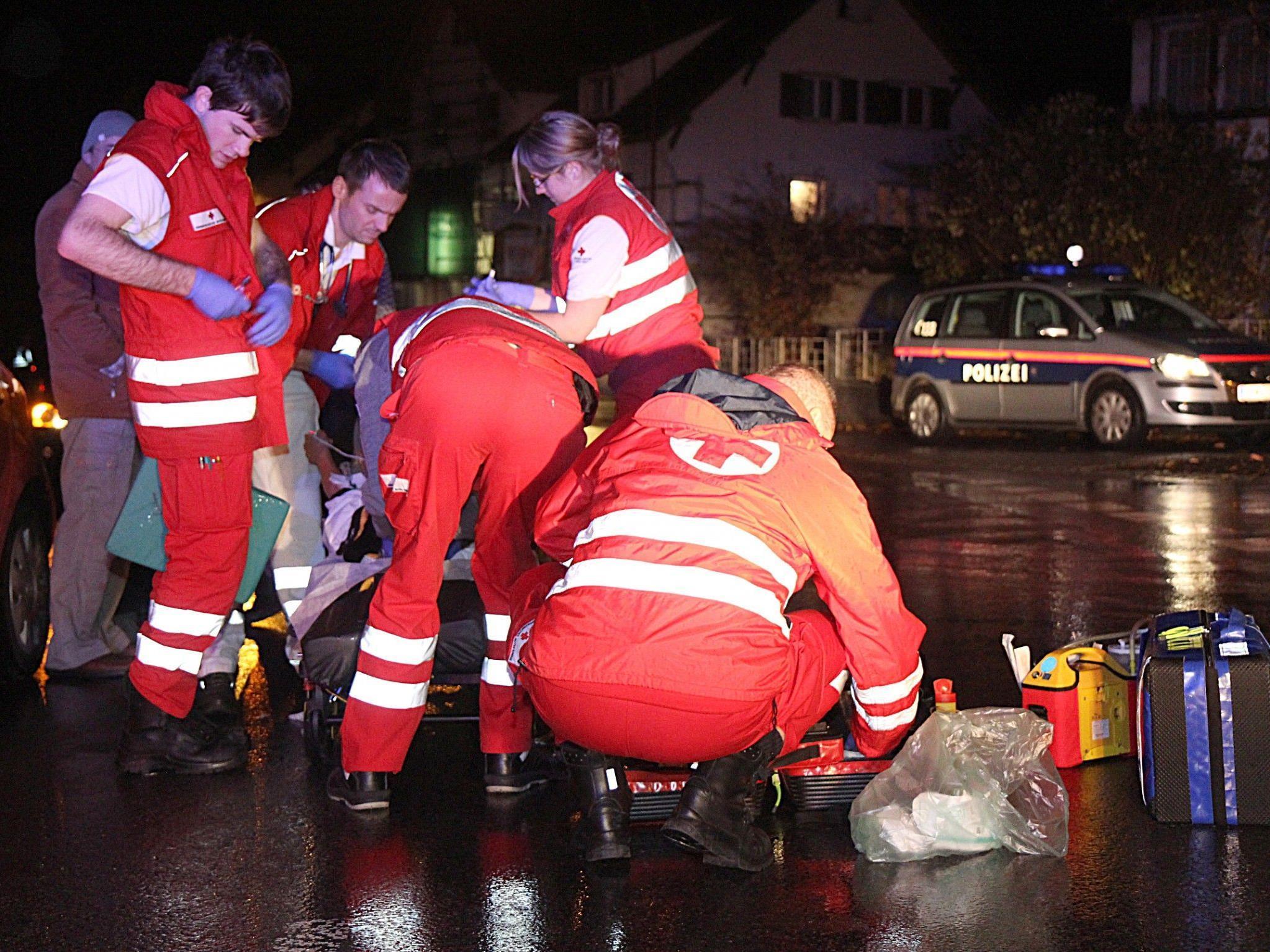 Rettungskräfte kümmern sich um die Verletzte.