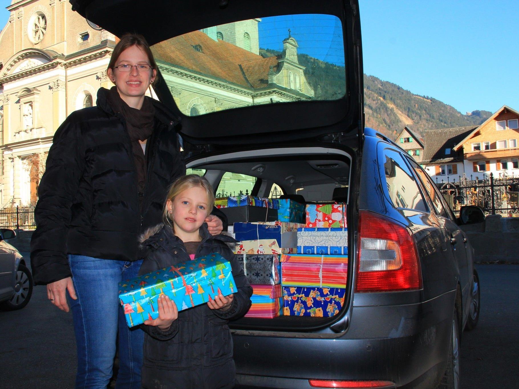 Monique Entner und ihre Tochter freuen sich über mehr als 50 Kartons aus Bezau. - © Lisa Schmidinger