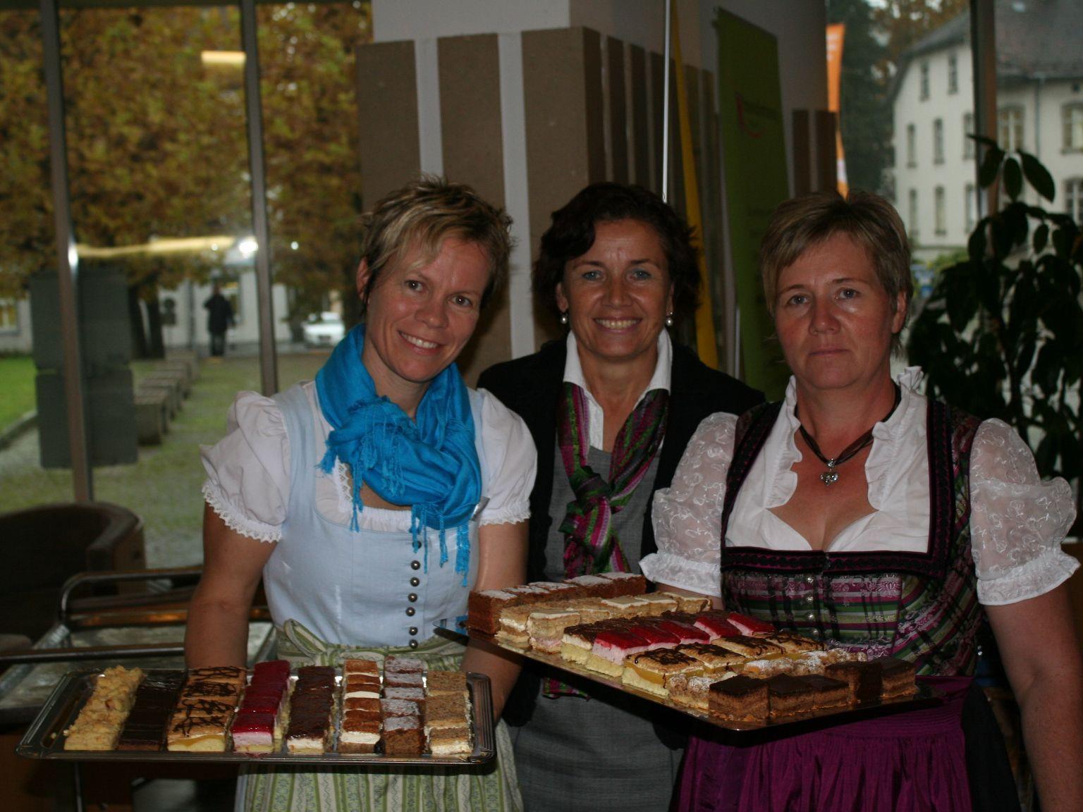 Andrea Bereuter, Evy Halder und Annelies Fessler verwöhnten die Gäste mit feinen Kuchen