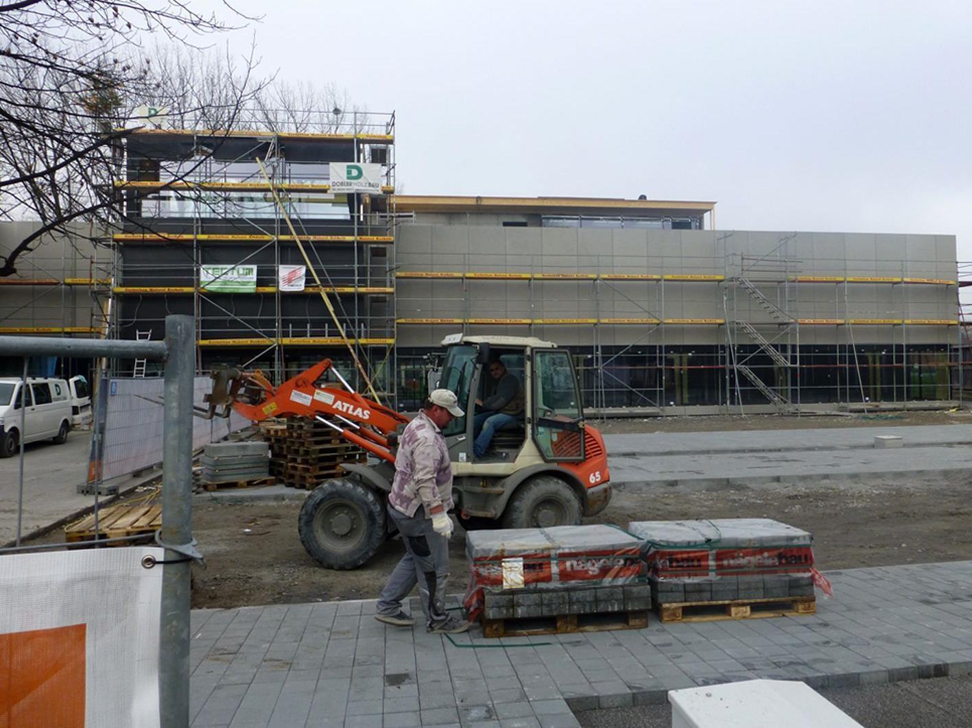 Die Bauarbeiten am neuen Inhaus-Zubau in der Lustenauer Straße laufen auf Hochtouren.