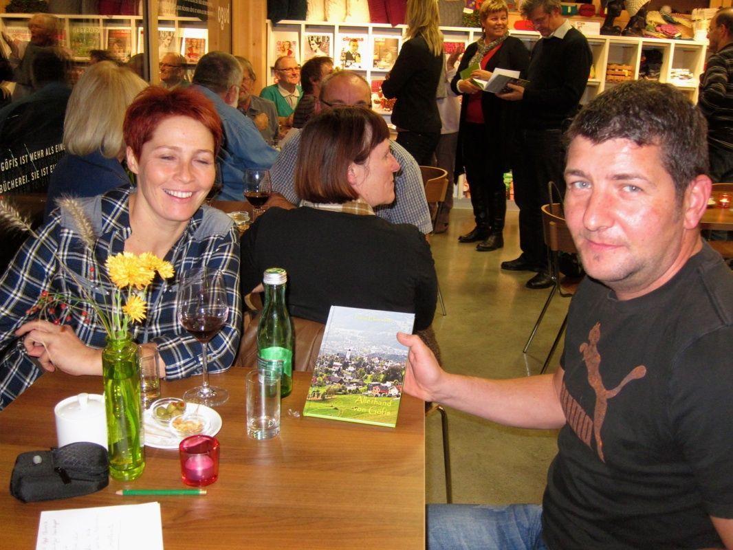 Elke und Ewald Mähr freuen sich über ein neues Buch mit Spannendem über Göfis