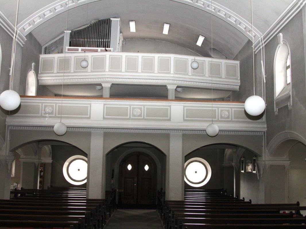 Die zweite Empore wird abgebrochen, um so Platz für die neue Orgel und vor allem auch Platz für den Chor und andere Gläubige auf der ersten Empore zu schaffen.