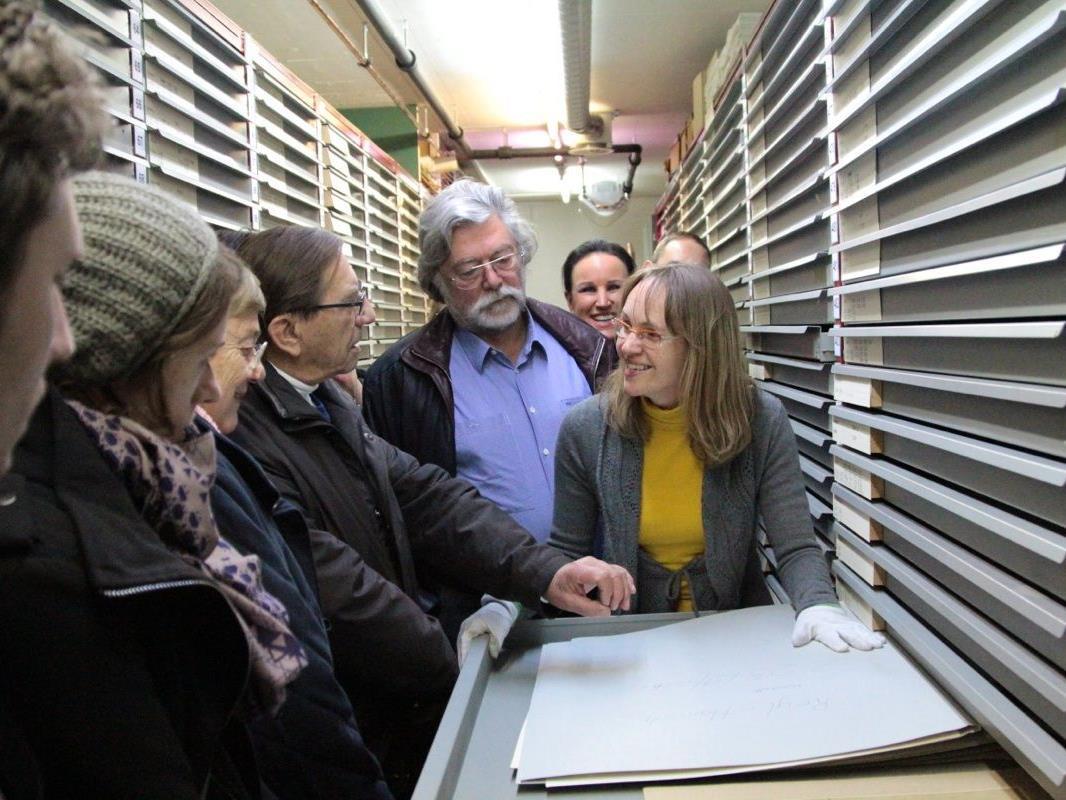 Museumsmitarbeiterin Anja Rhomberg zeigt den Besuchern Drucke von Vorarlberger Künstlern