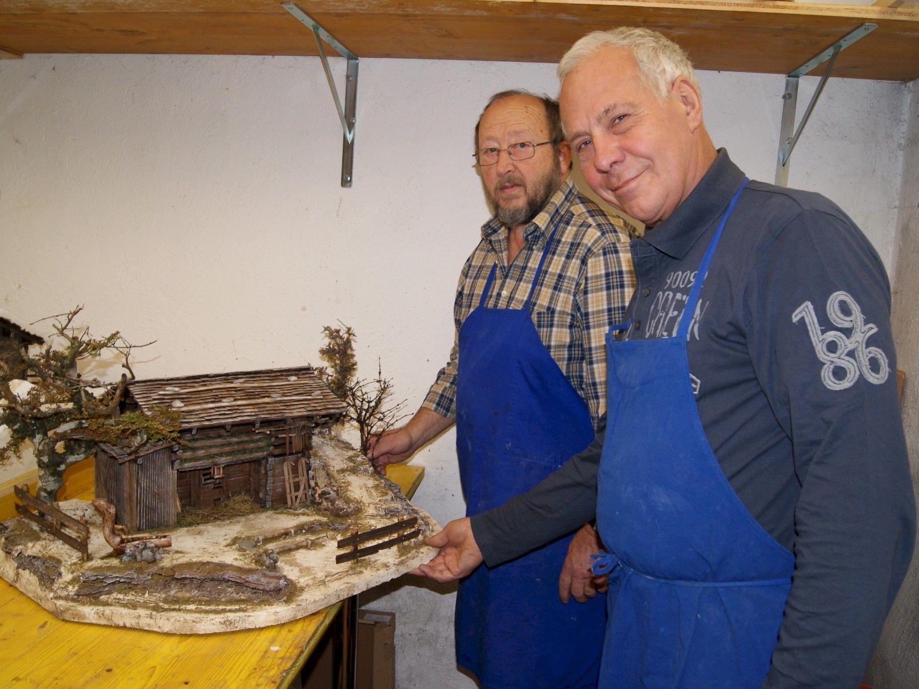 Ludwig Maier (l.) und Elmar Juen leiten die Krippenbaukurse in Partenen.