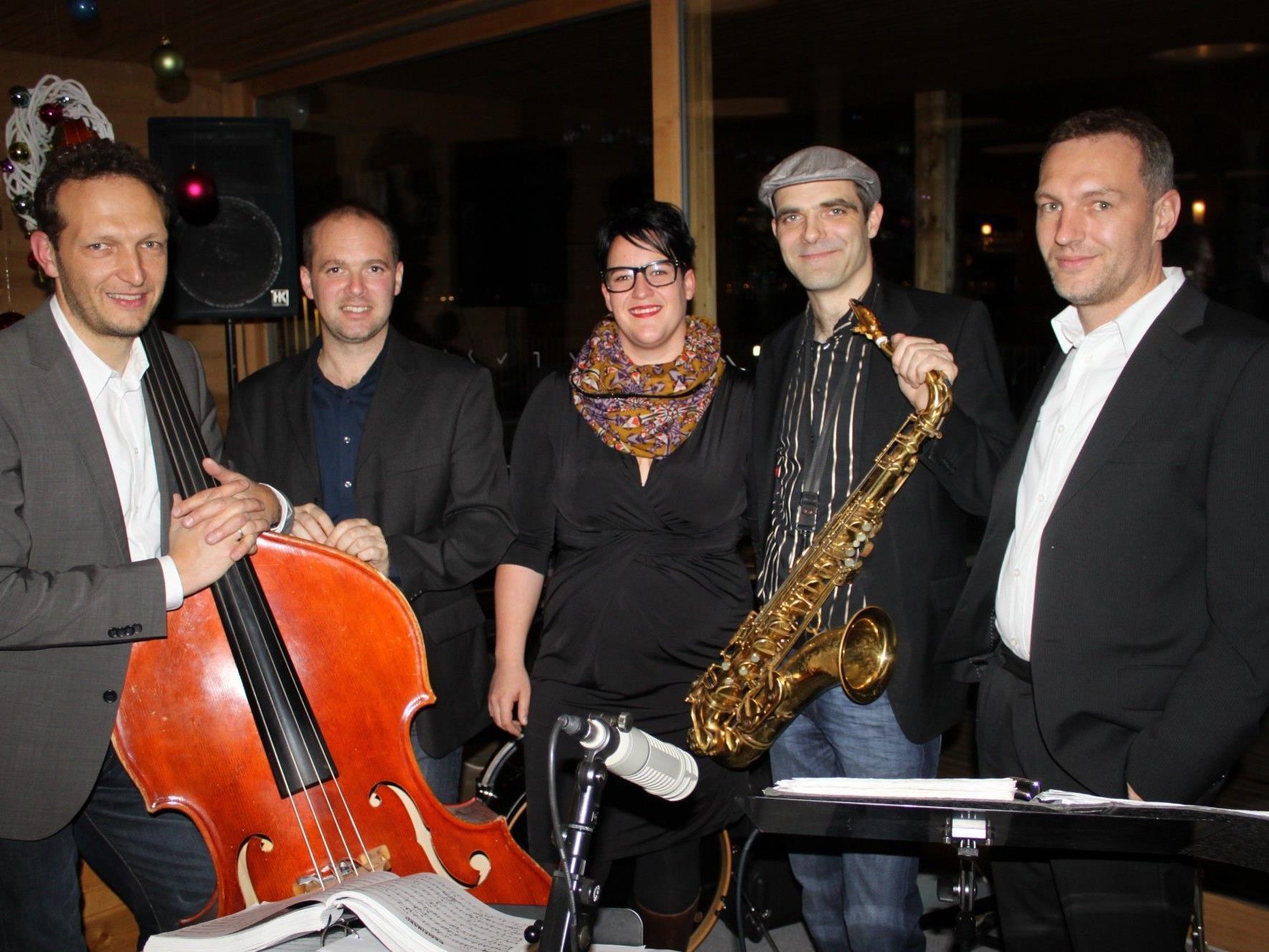 """""""Easy listening Jazz"""" mit dem """"Martina Breznik Jazz Quintett"""" auf dem Badehaus des Lochauer Seehotel Am Kaiserstrand."""