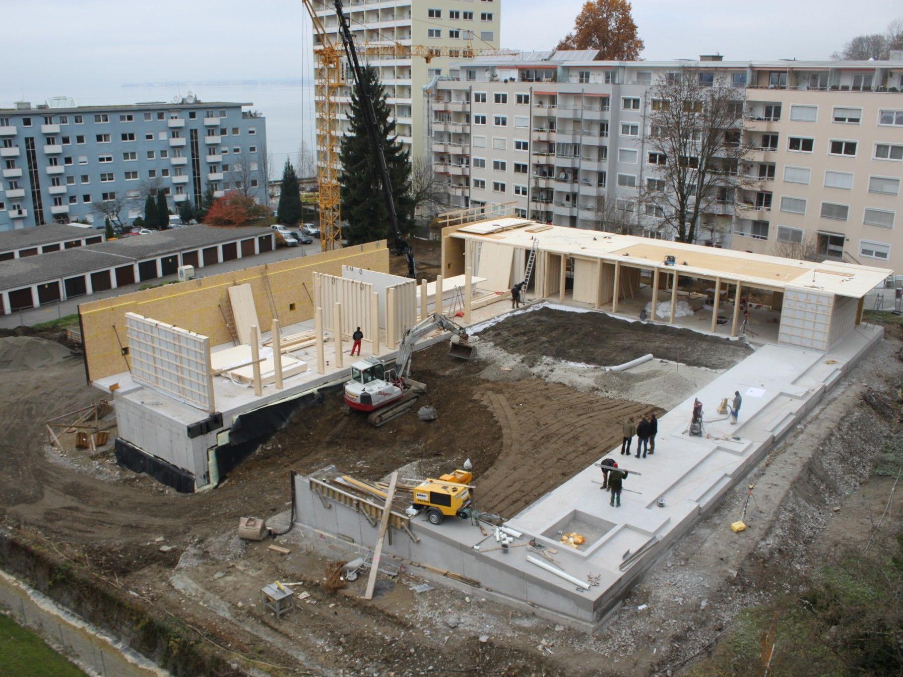 """Mit der Aufsetzung der Obergeschoss-Holzkonstruktion nimmt der Neubau des """"Kindergarten Klausmühle"""" Gestalt an."""