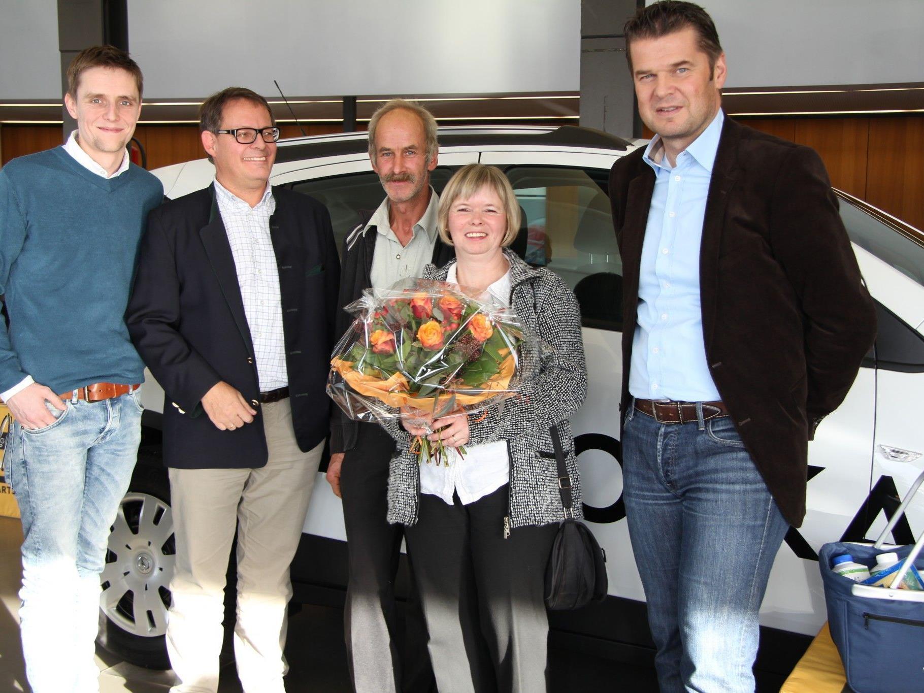 Georg Burtscher (VOL.AT), Christoph Gerster (Opel Gerster), Michael und Rita Bernhard (Gewinnerin), Raimund Wachter (Vorarlberg Milch)