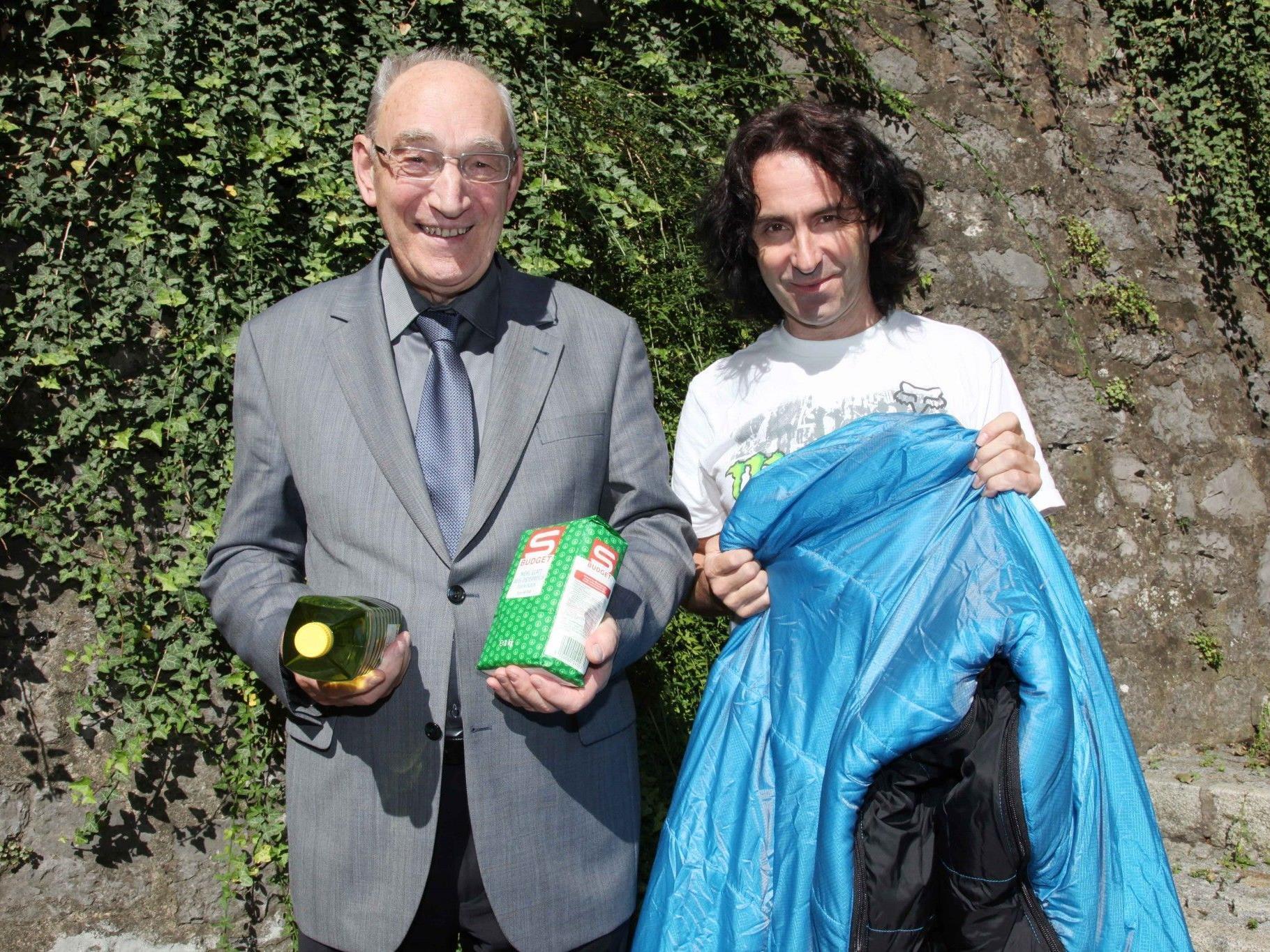 Pfarrer Franz Winsauer und Joe Fritsche (r.) suchen wieder Mehl, Öl, und Schlafsack-Spenden.