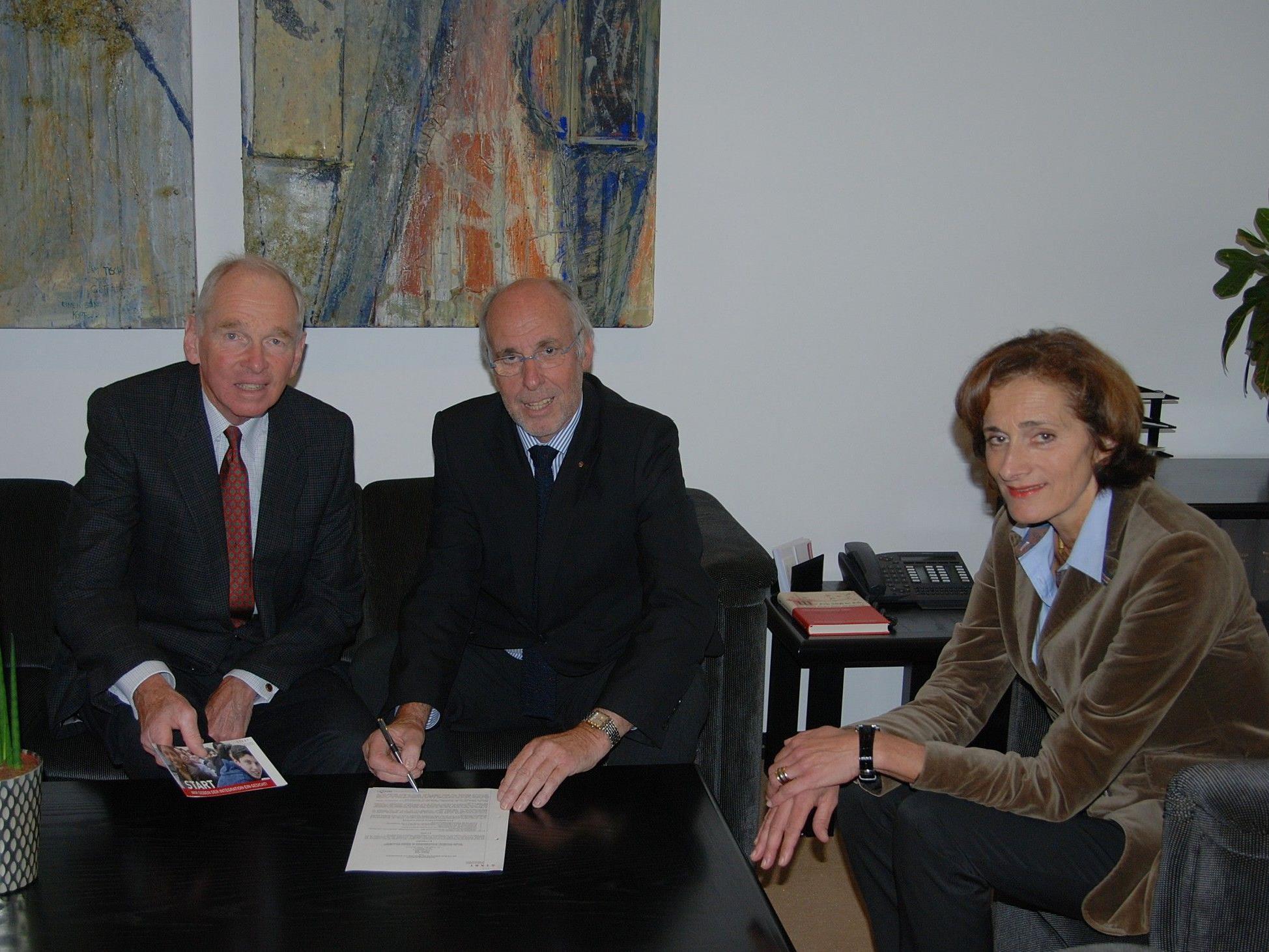 William Dearstyne, Elmar Marent und LTP Mennel bei Unterzeichnung des Patenschaftsvertrages.
