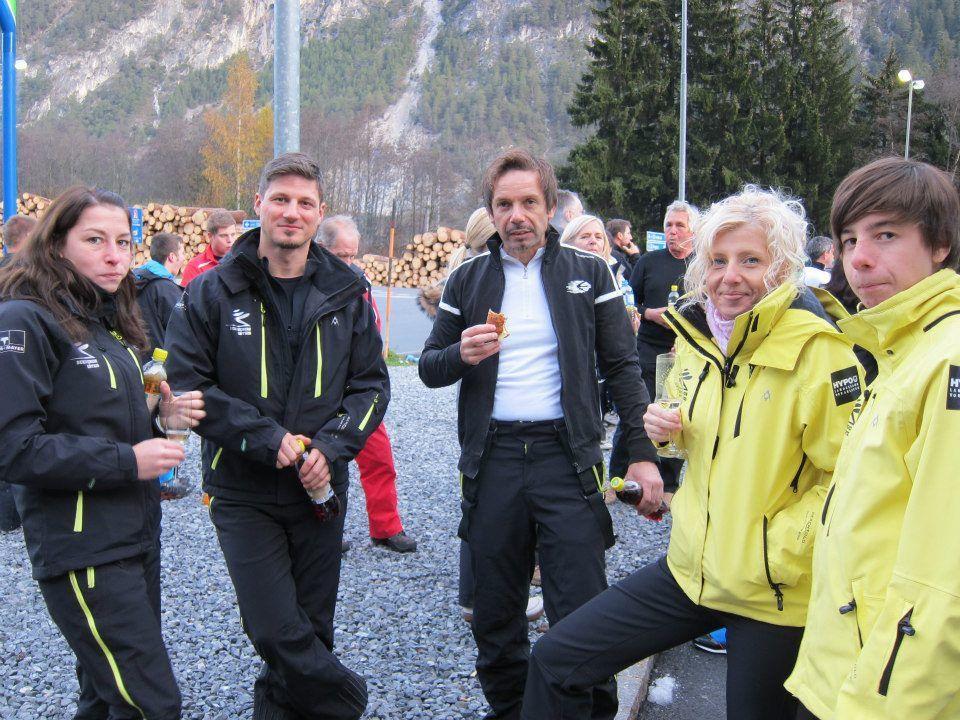 Stärkung vor dem Skitest: Sandra, Andreas, Markus, Dagmar und Matthias