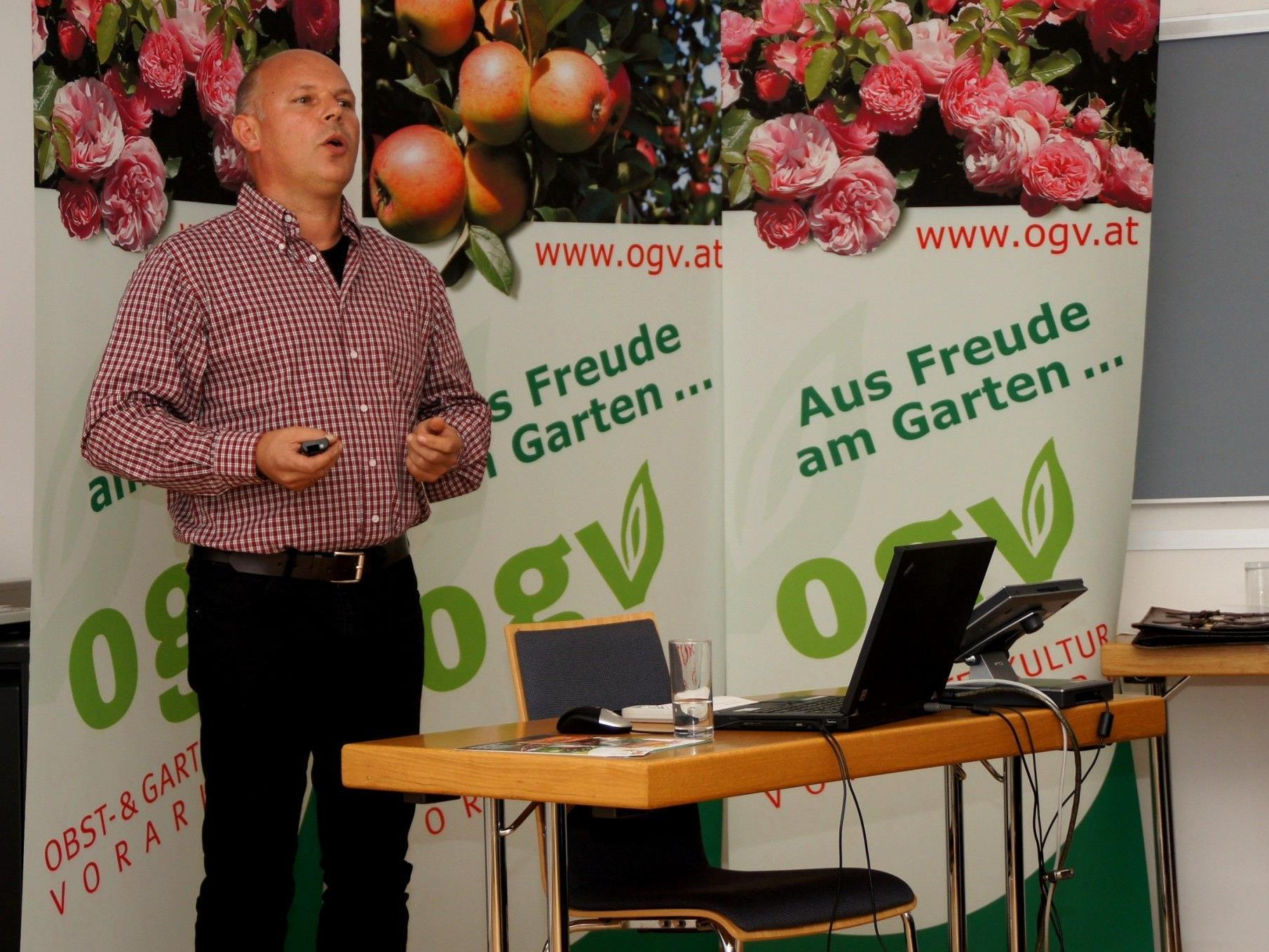 Dietmar Madlener informiert seine Gartenfreunde