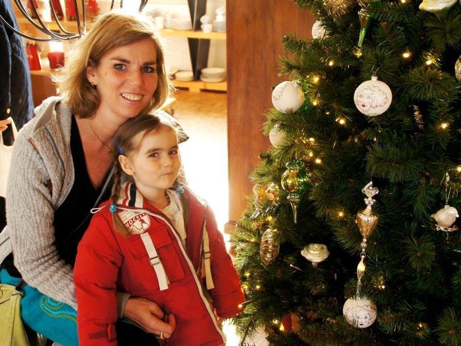 Carola (3) und Conny freuen sich auf Weihnachten