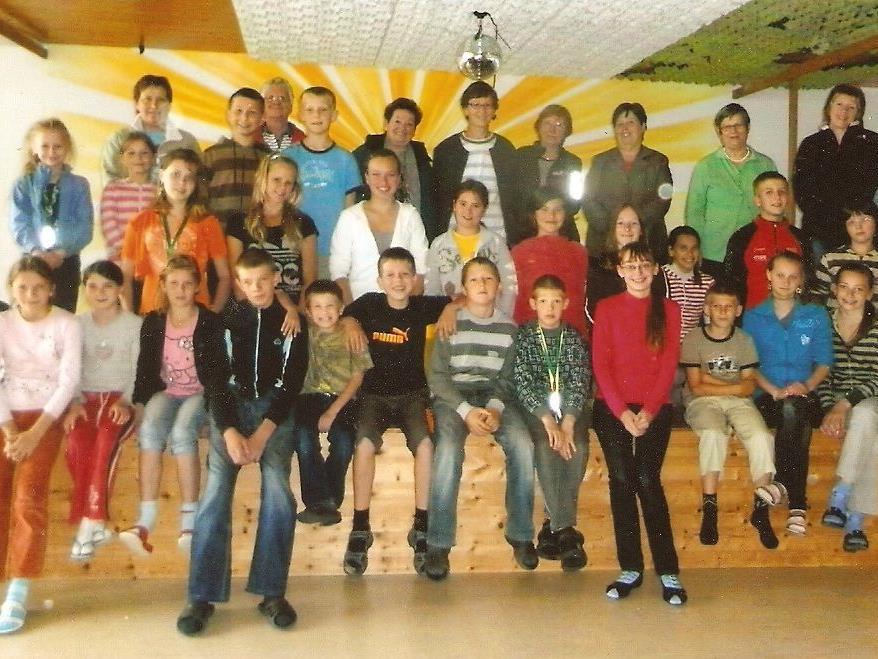 Die Kinder aus Tschernobyl und die Frauen der Strickrunde bedanken sich für die Unterstützung im Vorjahr.