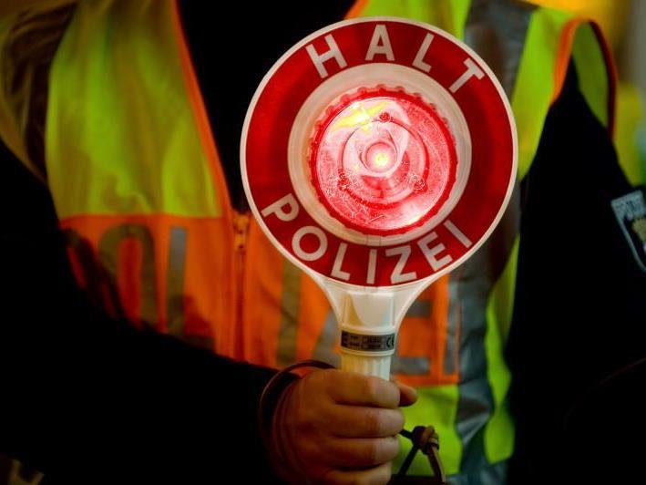 Fahrer flüchtet in Lauterach vor Polizei - Hinweise erbeten.