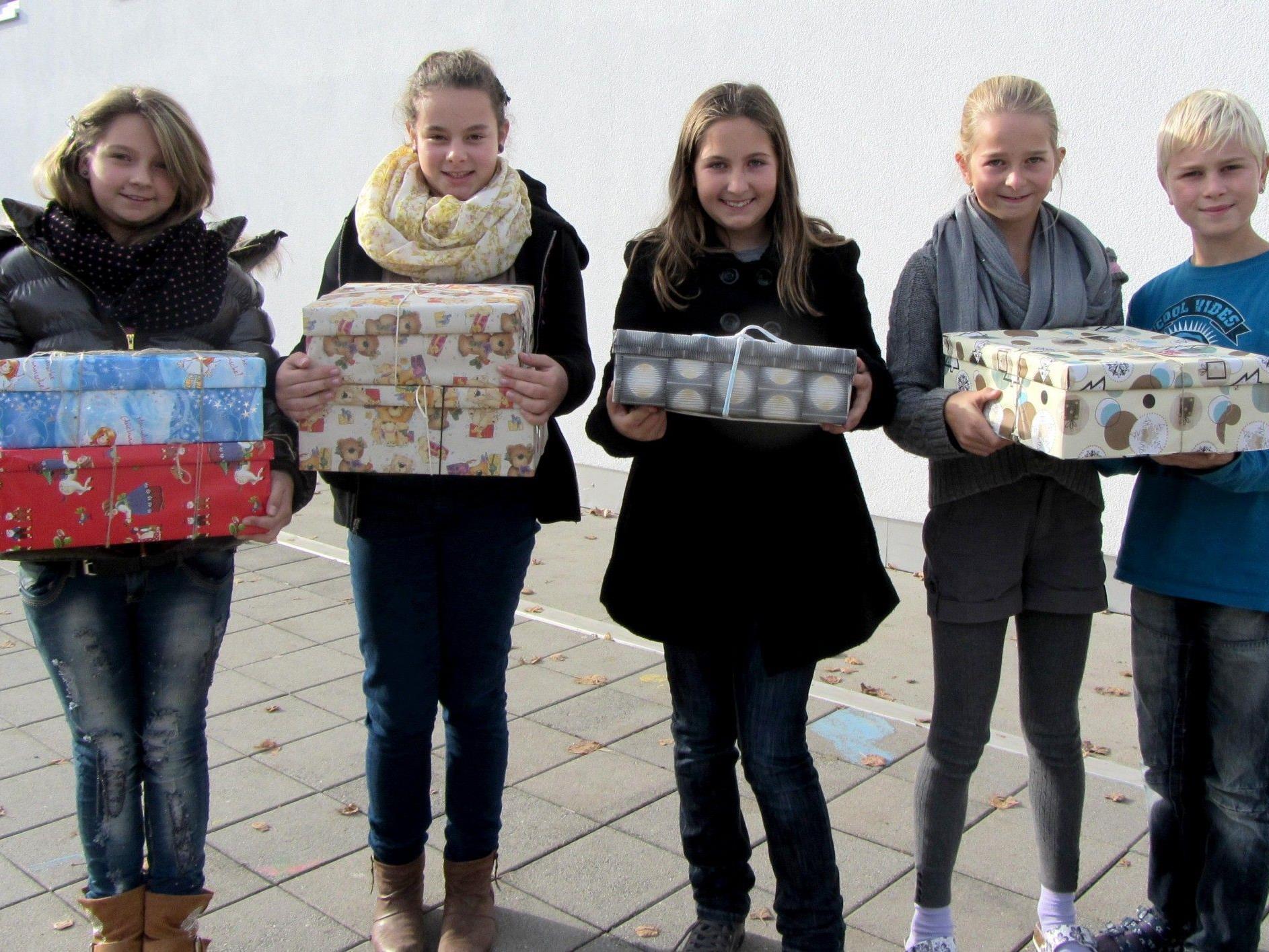 Zoe, Leila, Anabel, Noelle und Yannik mit 'ihren Schuhkartons'