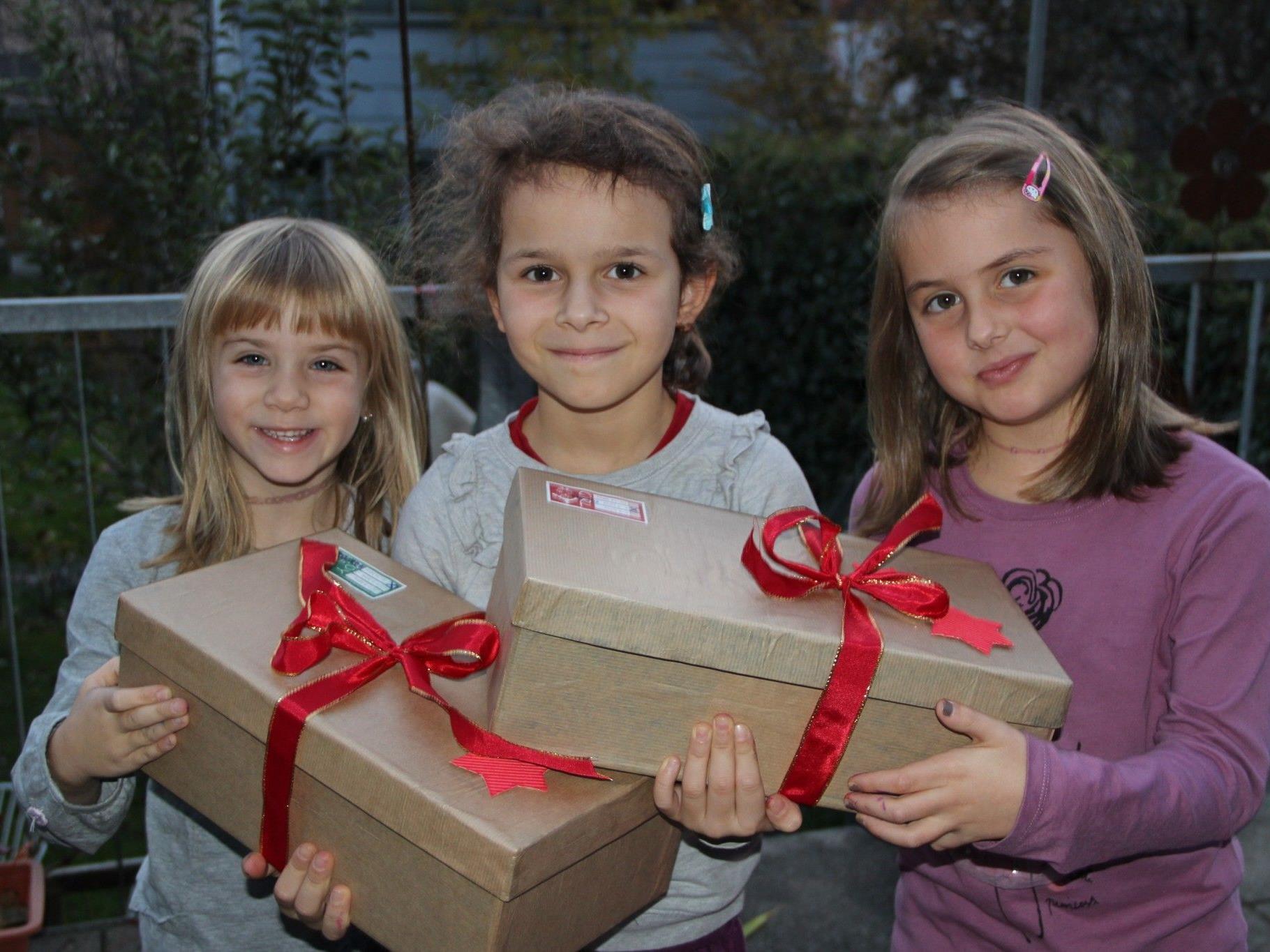 Lara, Mia und Lilly habe ihre Schuhkartons bereits mit Freude verpackt.