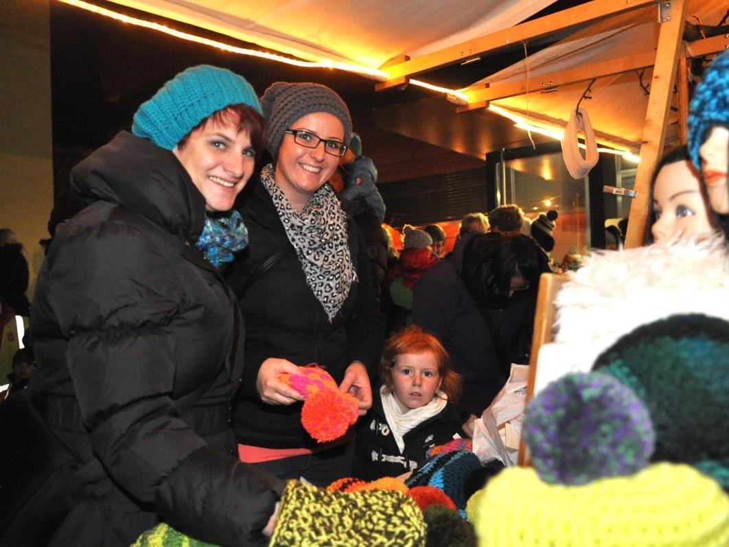 Anett und Sabine genossen es, im tollen Angebot des Altacher Weihnachtsmarktes zu stöbern.