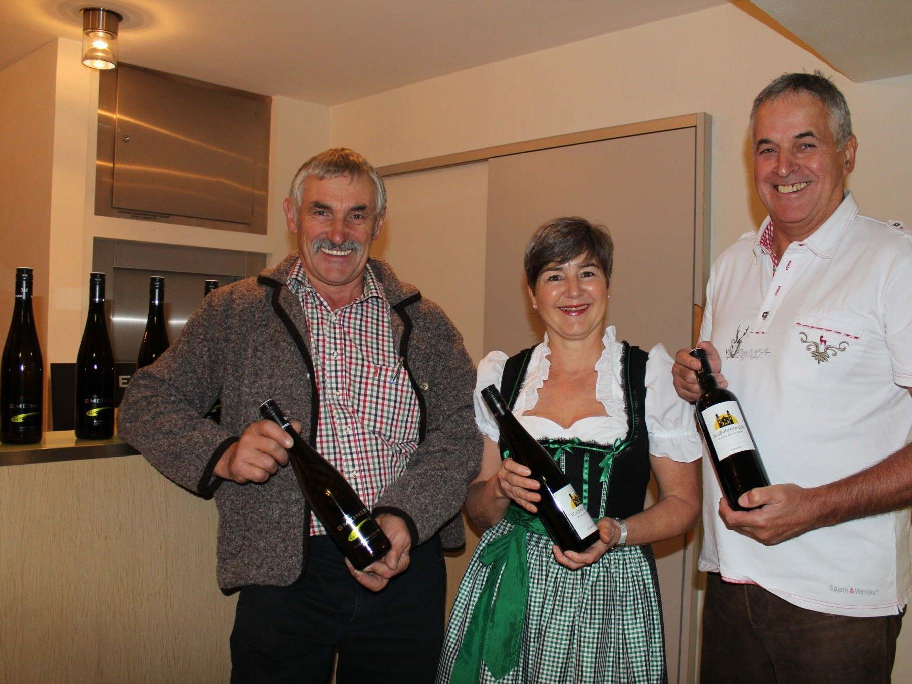 Winzer Georg Gmeiner mit Helga und Peter Schneider.
