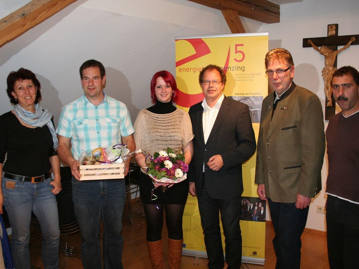 Bürgermeister Florian Kasseroler, Vize Herbert Greussing und die Schweizer Gäste mit Geißen-Königin Andrea.