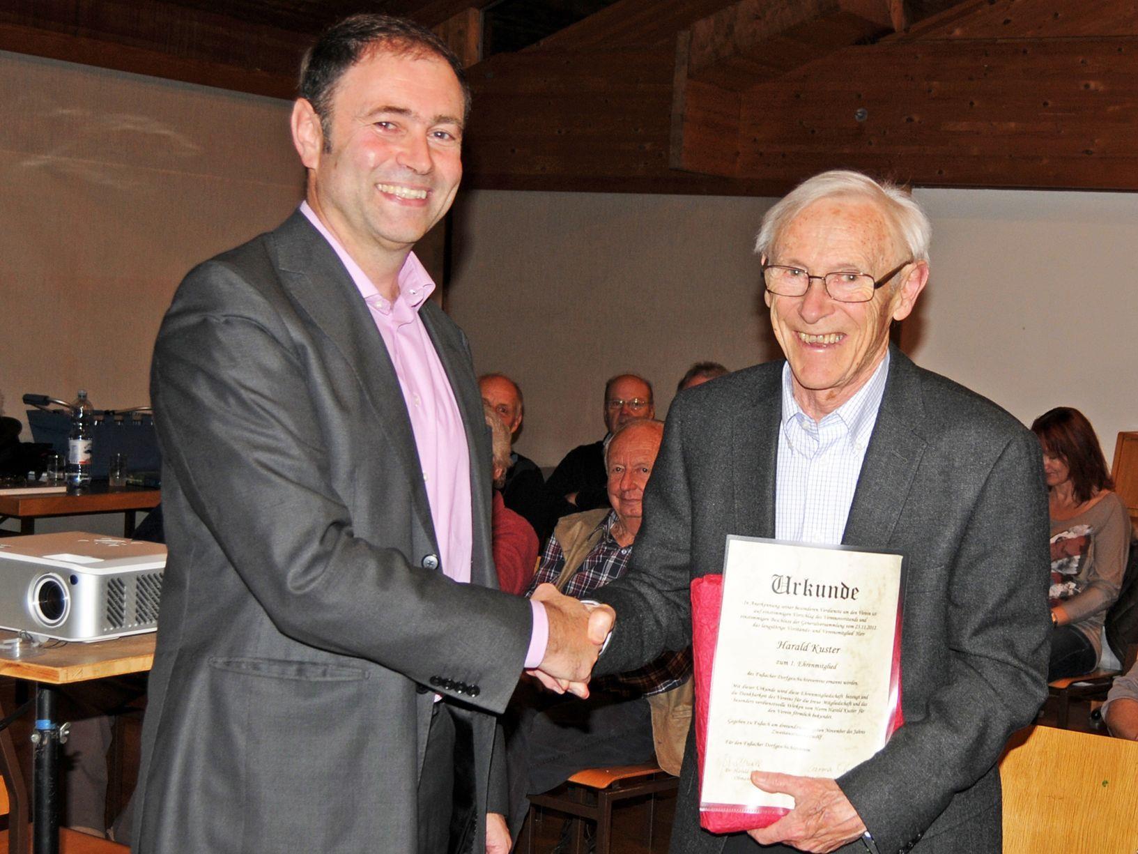 Dr. Harald Bösch, Obmann des Dorfgeschichtevereines, mit dem ersten Ehrenmitglied Harald Kuster.