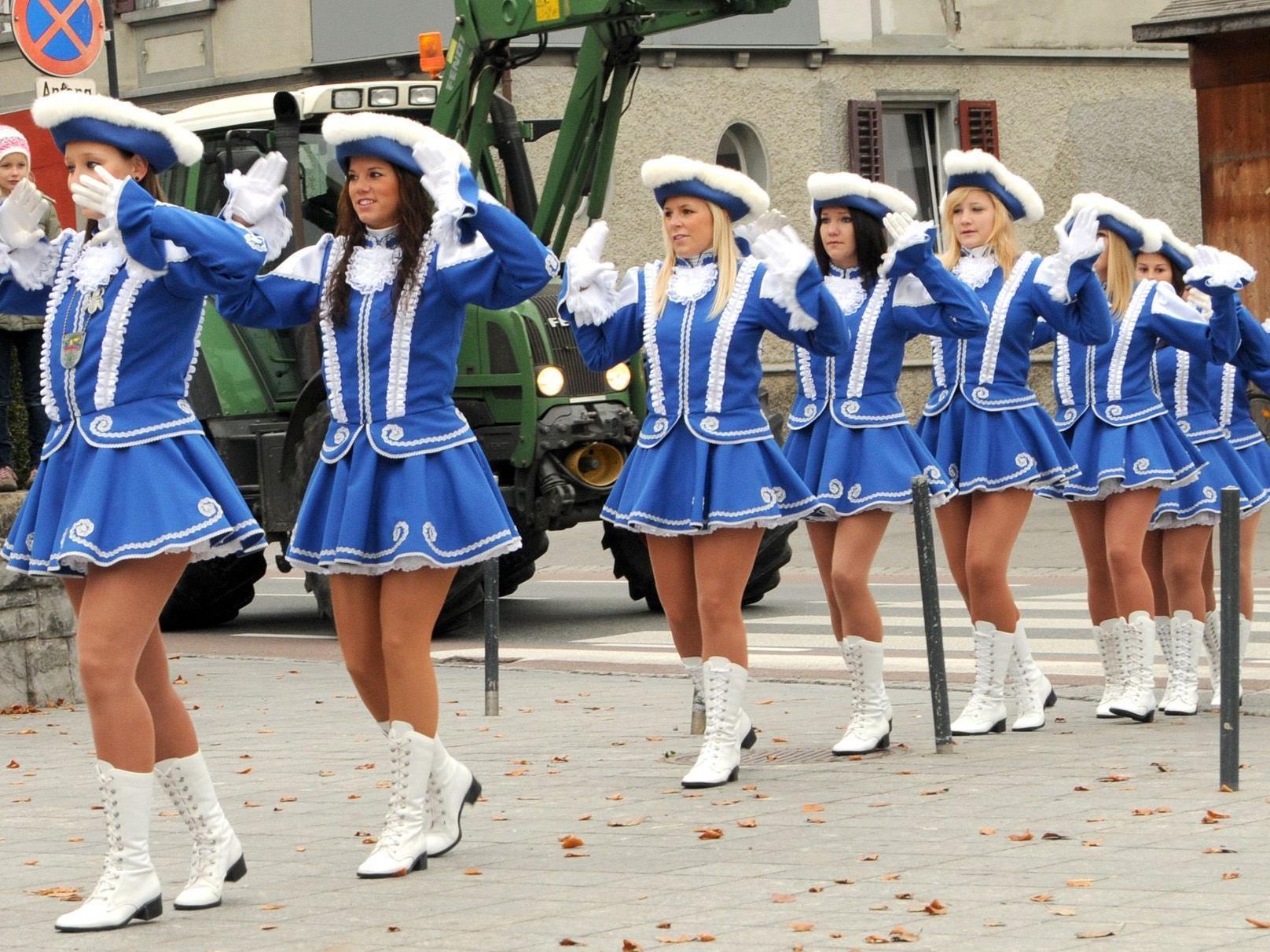 Am Sonntag, den 11.11., marschiert auch die Höchster Garde auf dem Kirchplatz auf.