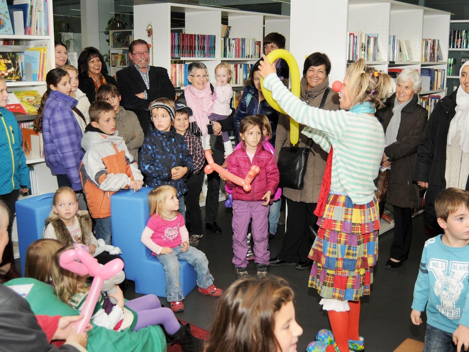 Clownfrau Zipperlein sorgte beim Jubiläum der Spielothek Höchst für Spaß.