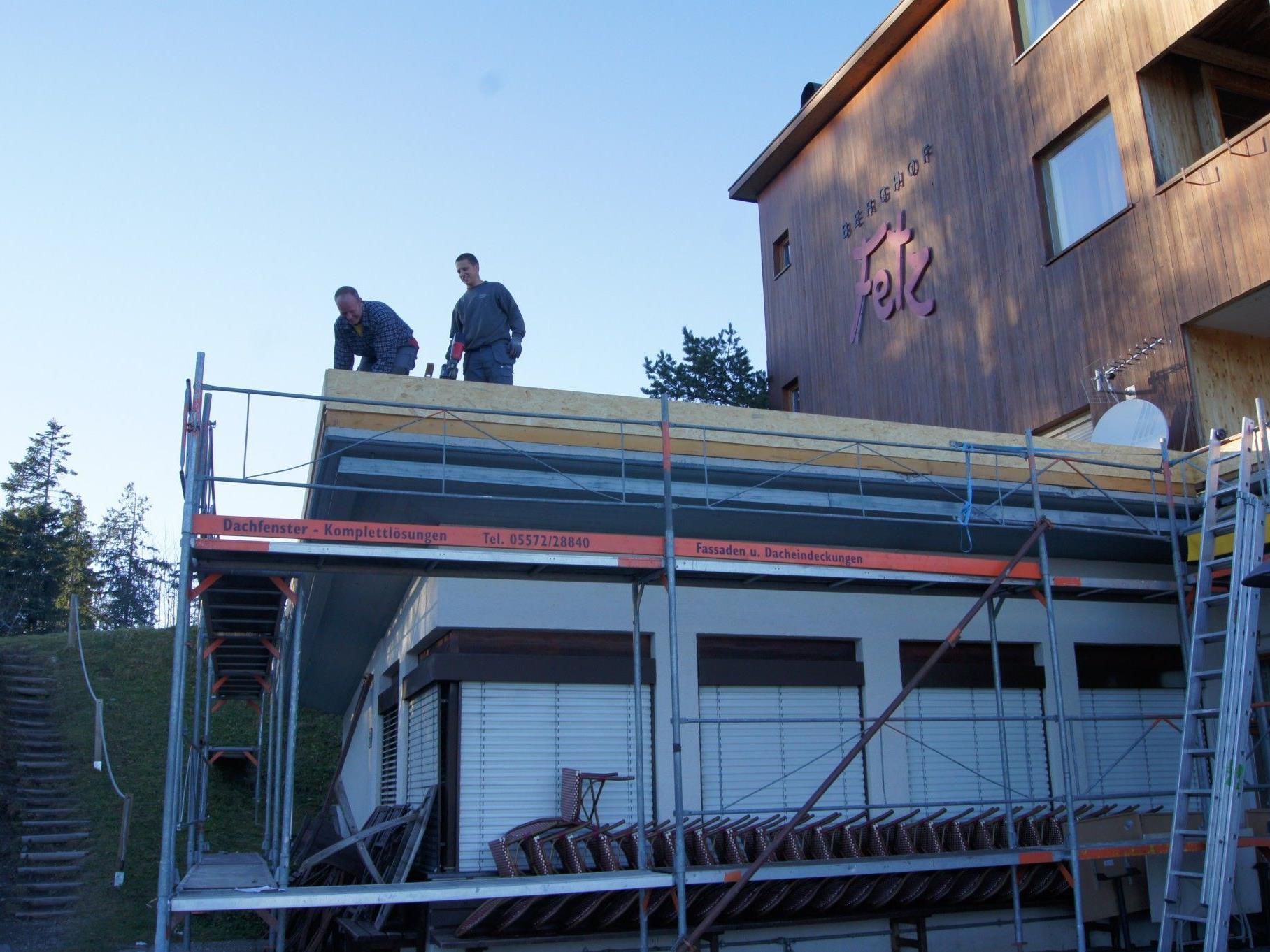 Beim Berghof Fetz am Bödele wird das Flachdach komplett erneuert.