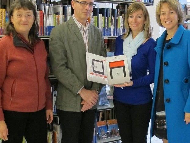 Gewinnerin Michaela Fröhlich erhielt  einen ebook-Reader