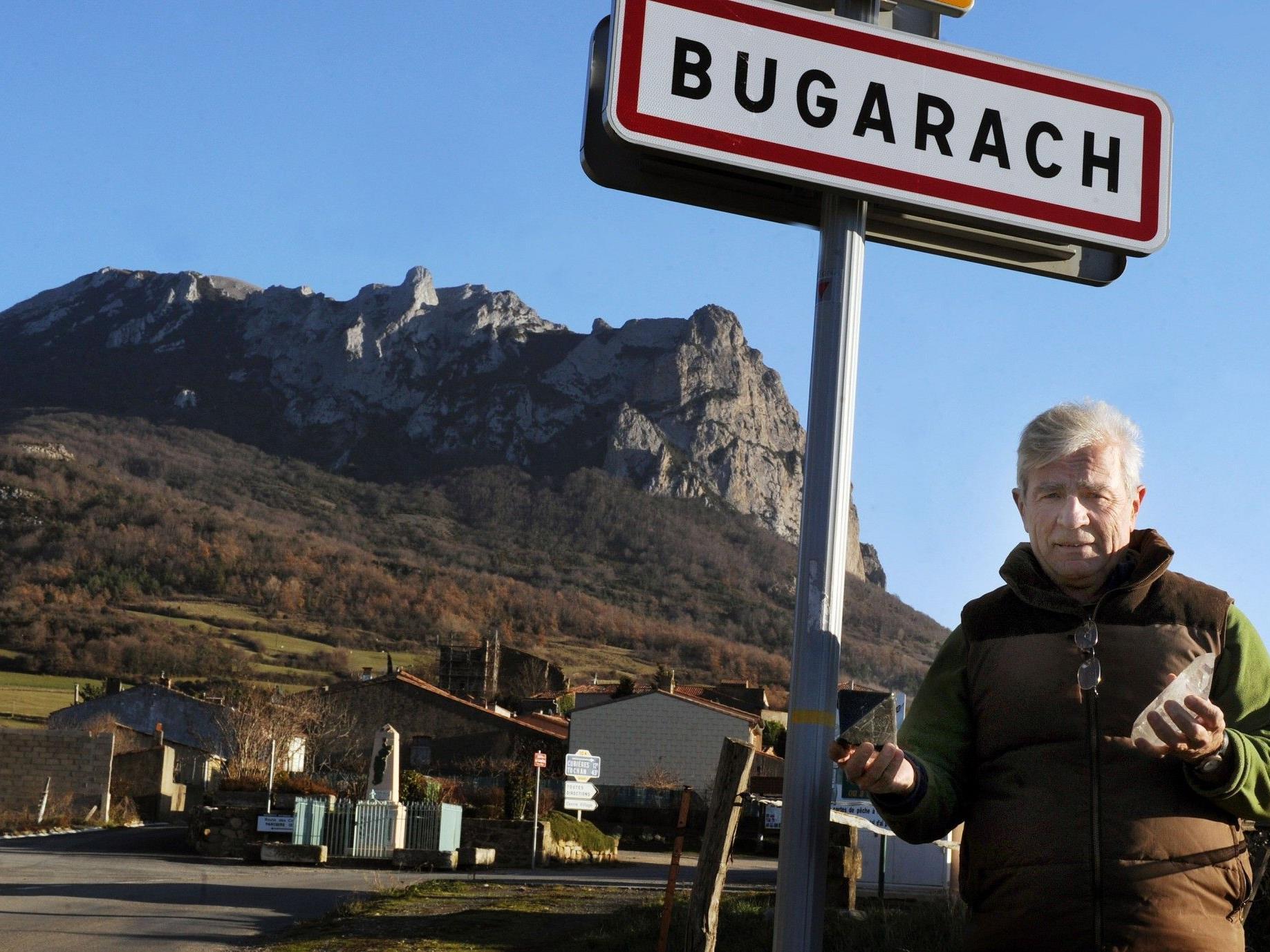 Der Bürgermeister von Bugarach, Jean-Pierre Delord, vor dem Ortsschild.