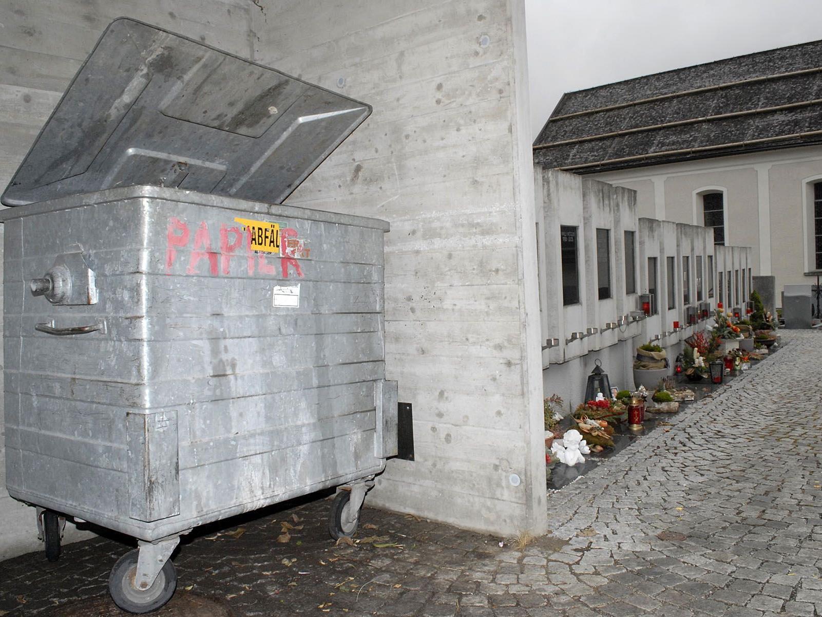 Bei den Friedhofscontainern in Vandans soll zwischen Restmüll und Grünabfällen unterschieden werden.