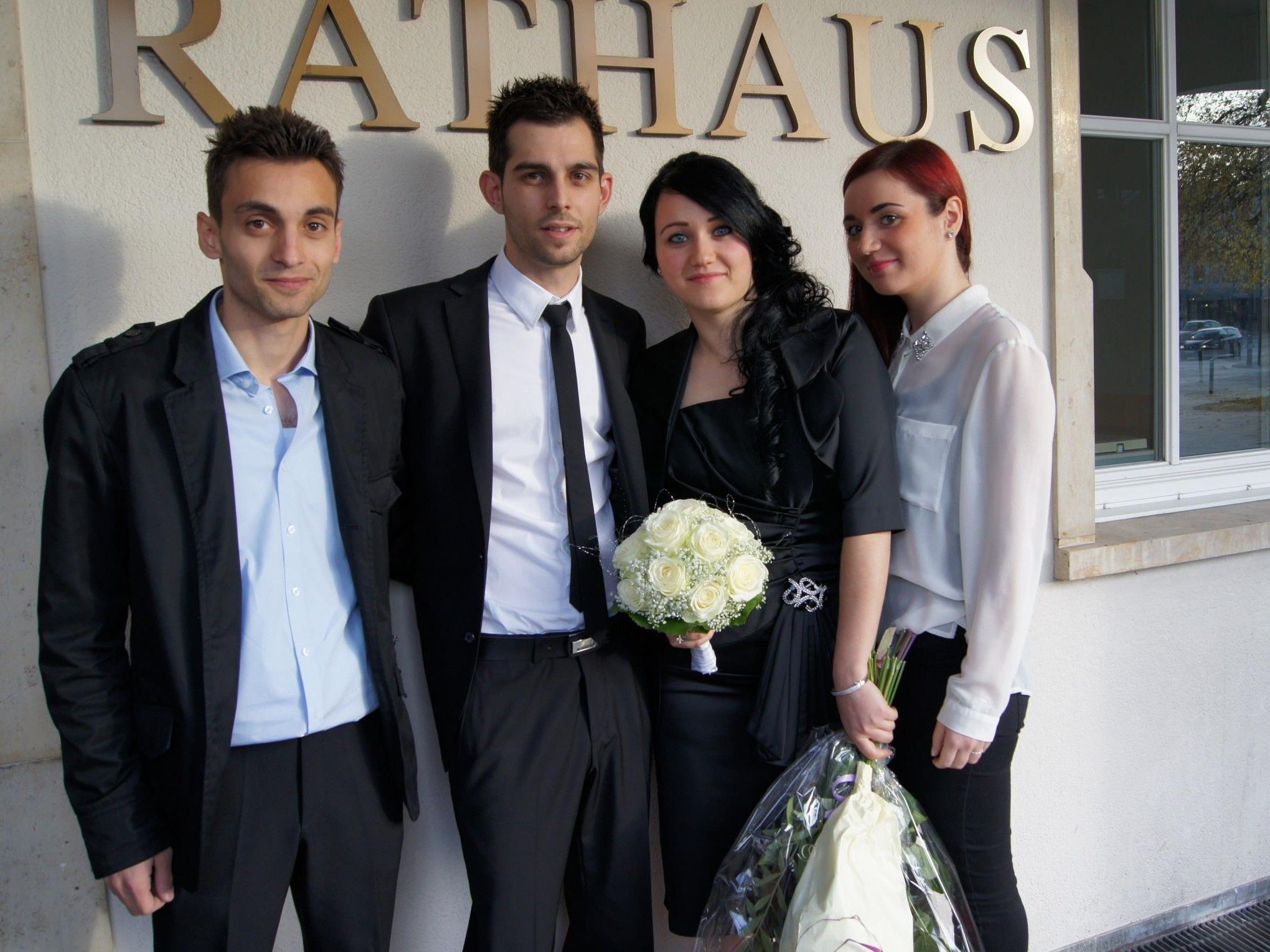 Das Brautpaar mit den Trauzeugen beim Standesamt